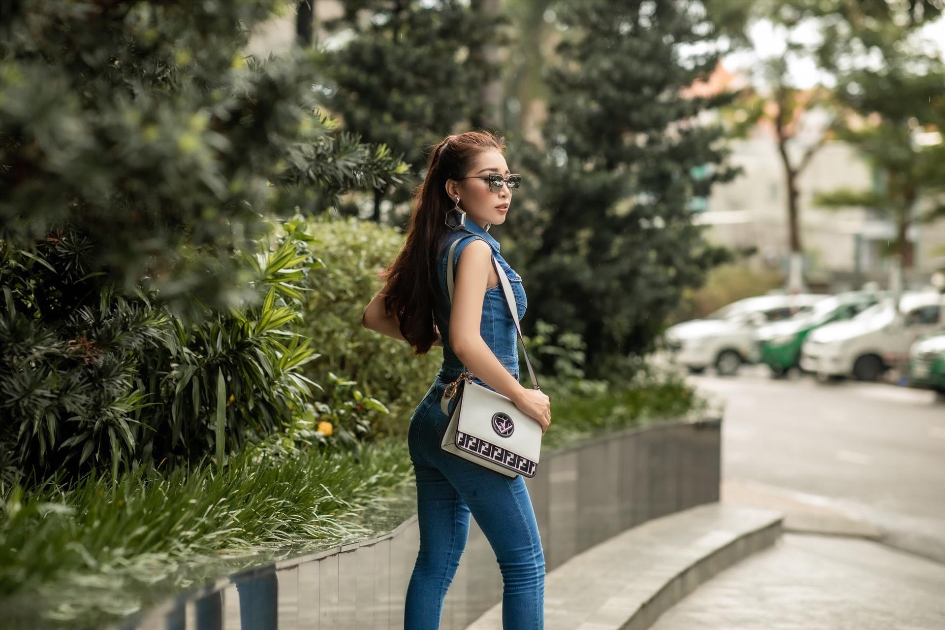 Là 1 cô gái bản lĩnh, Linh Huỳnh có cá tính riêng của mình. Người đẹp thích sự ấn tượng, phá cách hơn là những trang phục nữ tính. Linh Huỳnh thích trang phục bó sát khoe body kết hợp phụ kiện túi xách hàng hiệu. Còn khi cần sự dịu dàng hơn, cô chọn vest cổ chữ V gợi cảm kết hợp chân váy ngắn tiệp màu.