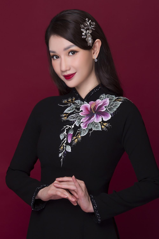 Với tình yêu dành cho nghệ thuật, NTK Minh Châu đã kết hợp khéo léo ở phần vai, tay áo giúp người đẹp Quỳnh Chi vừa giữ được nét truyền thống song vẫn tôn lên sự hiện đại, sắc sảo của một người con gái thành đạt trong cuộc sống.
