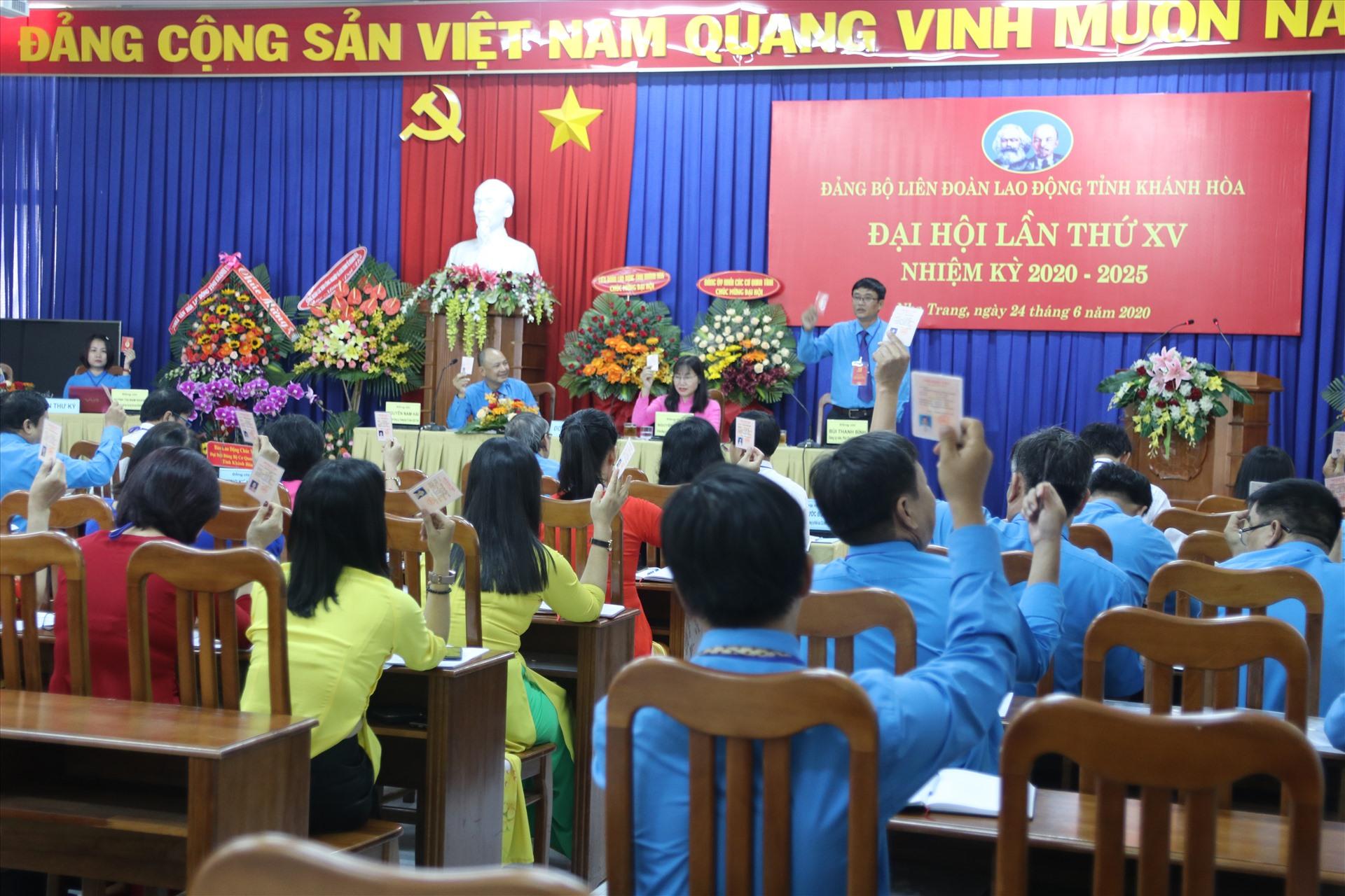 Các đại biểu tham dự đại hội Đảng bộ LĐLĐ tỉnh Khánh Hòa biểu quyết thông qua chương trình đại hội. Ảnh: Phương Linh