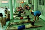 Thầy giáo đào vườn xây bể bơi, dạy miễn phí cho hơn 200 trẻ em nghèo