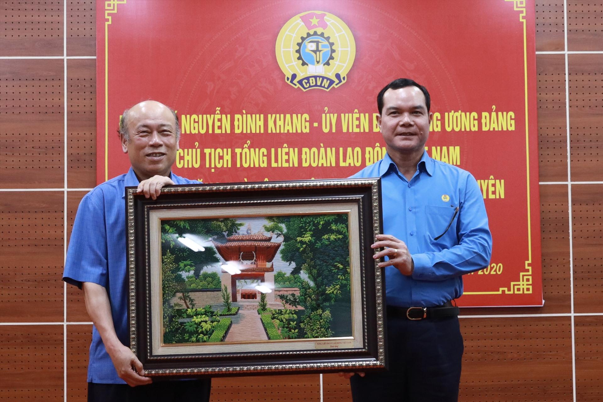 Đồng chí Nguyễn Đình Khang (bên phải) tặng quà lưu niệm của Tổng LĐLĐVN cho lãnh đạo Công ty CP Đầu tư và Thương mại TNG. Ảnh: Hải Nguyễn