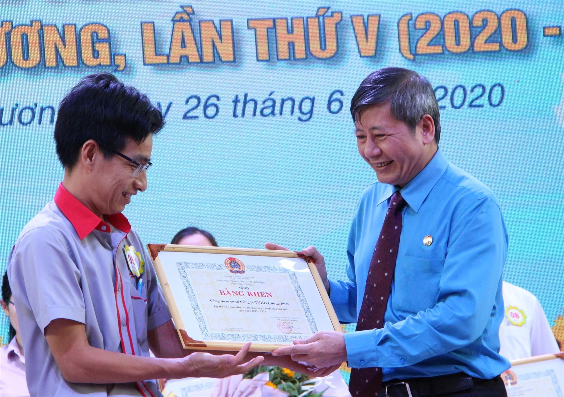 Ông Trần Thanh Hải trao khen thưởng cho điển hình tiên tiến. Ảnh: Đình Trọng.