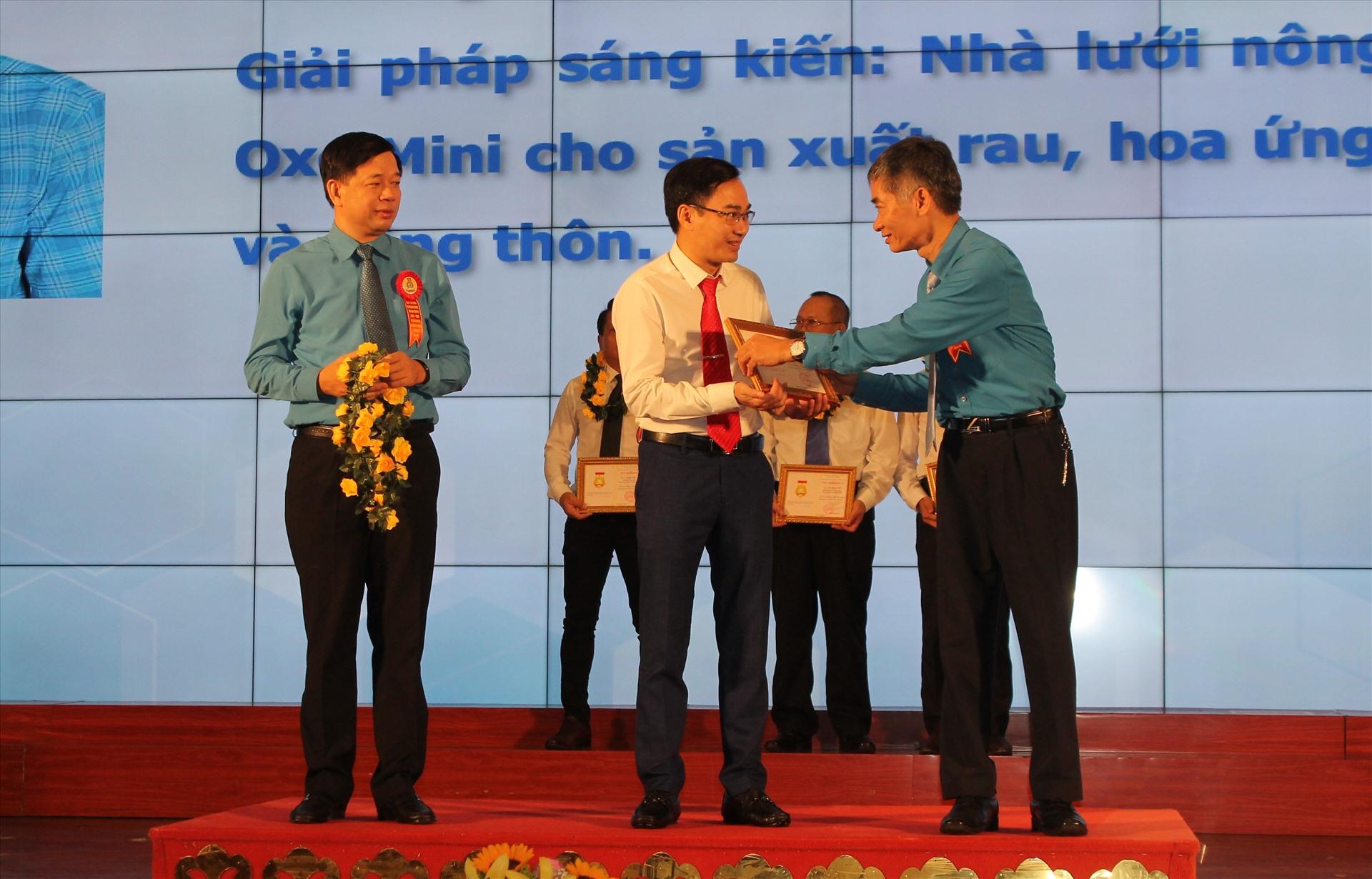 Đồng chí Trần Văn Thuật - PCT Tổng LĐLĐ Việt Nam trao Bằng Lao động sáng tạo năm 2019 tặng cá nhân xuất sắc. Ảnh Mai Dung