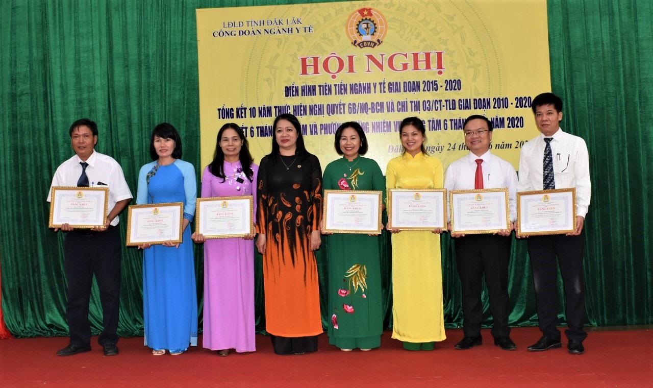 Bà Võ Thị Hạnh – Phó Chủ tịch Thường trực LĐLĐ tỉnh trao Bằng khen của LĐLĐ tỉnh cho các tập thể và cá nhân đạt thành tích xuất sắc. Ảnh Quang Trung