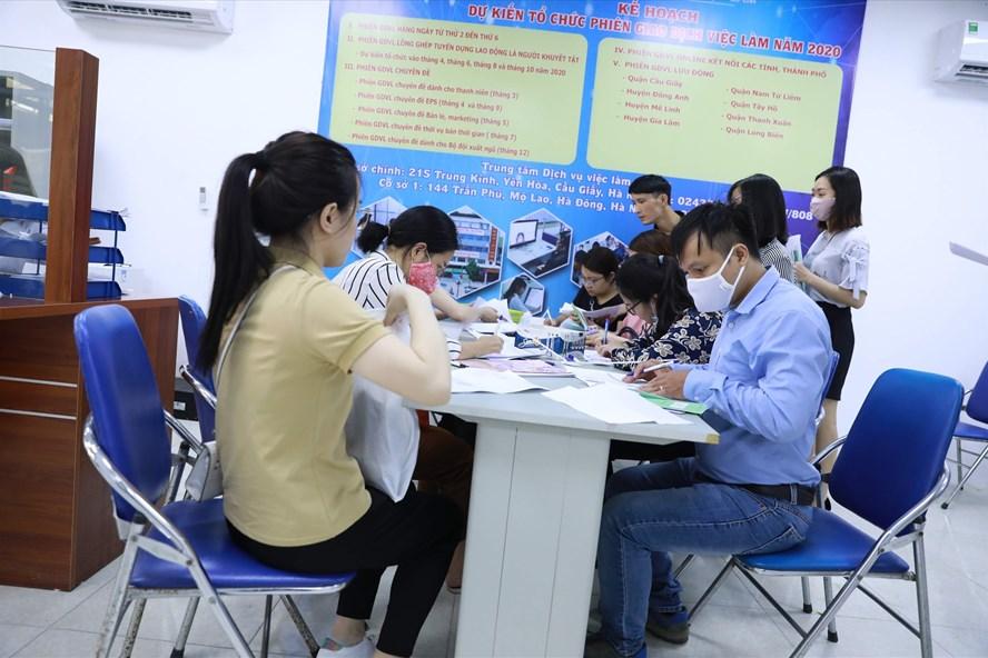 Người lao động bị ảnh hưởng do dịch covid-19 đến làm thủ tục trợ cấp thất nghiệp tại Sở Lao động thương binh xã hội TP. Hà Nội. Ảnh: Hải Nguyễn