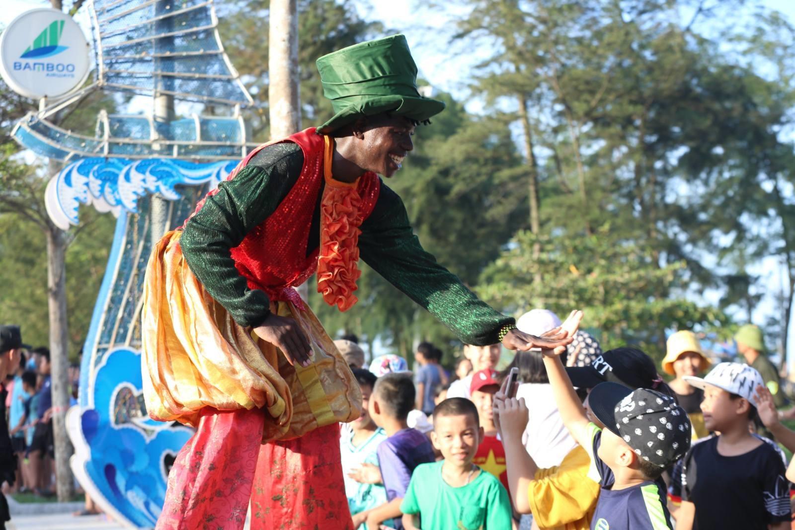 Nhiều em nhỏ thích thú khi được tham gia lễ hội lần này.