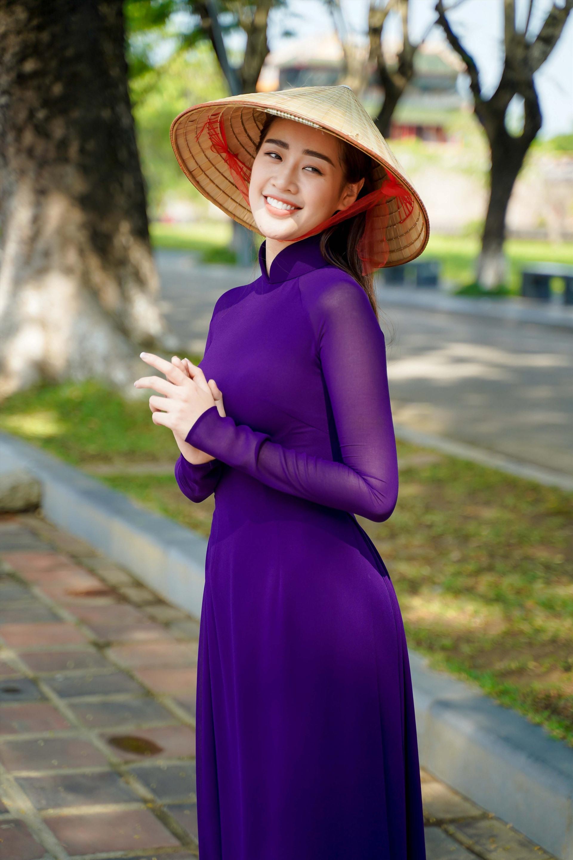 Người đẹp cho biết cô yêu áo dài và thường sử dụng quốc phục này trong mỗi chuyến đi xa.