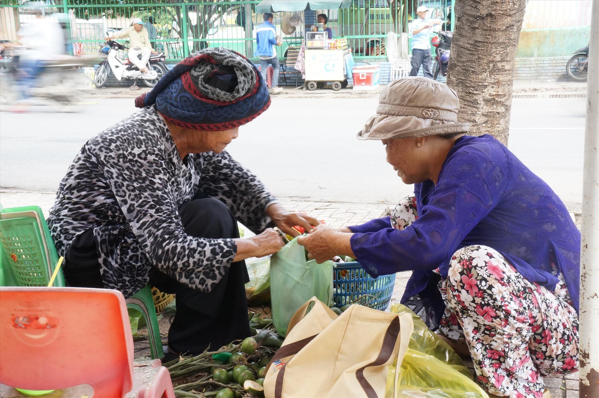Buôn có bạn, bán có phường, những cụ bà bán trầu cau ở đây luôn quan tâm giúp đỡ lẫn nhau trong công việc.
