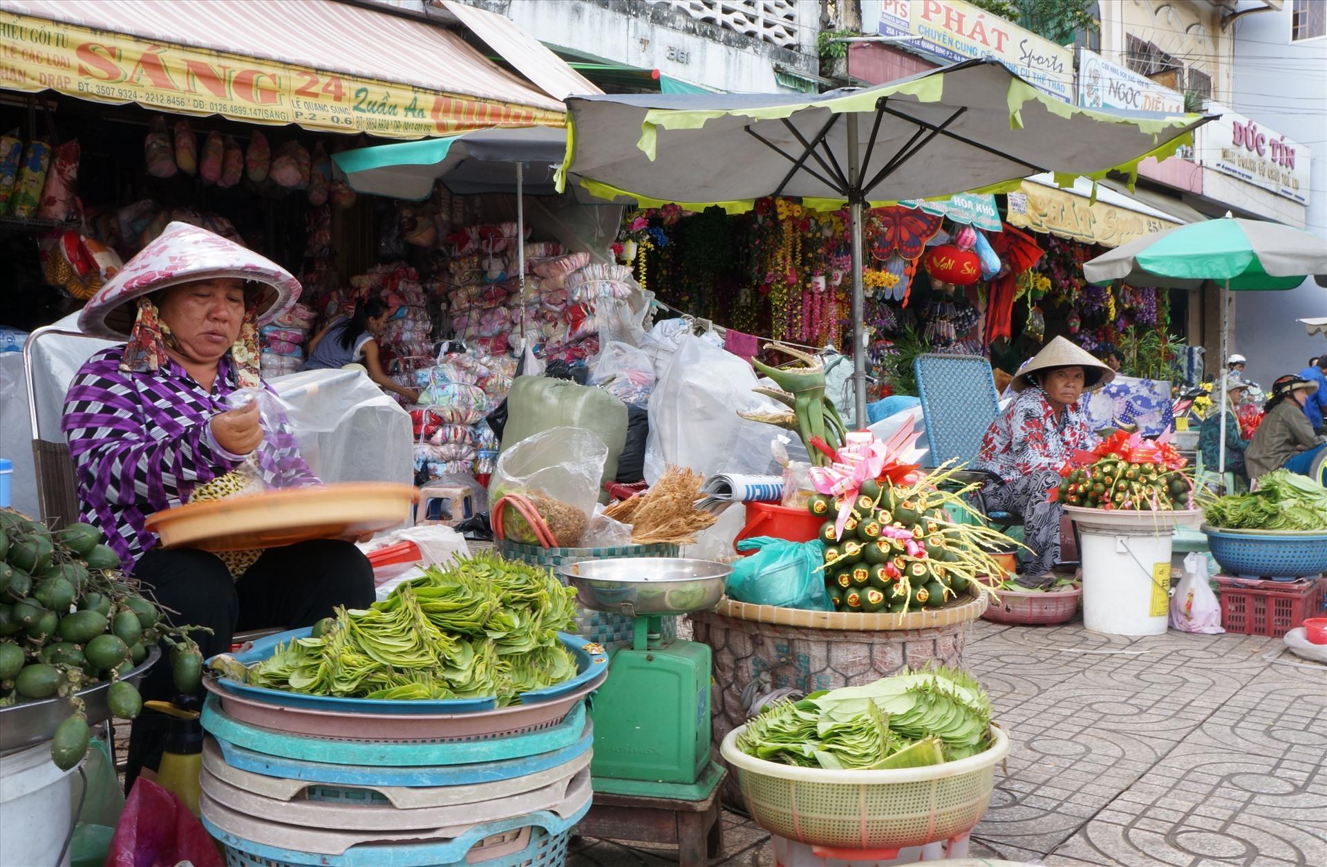 Khu vực kinh doanh trầu cau trên đường Lê Quang Sung – đoạn gần bến xe Chợ Lớn (quận 5, TPHCM).