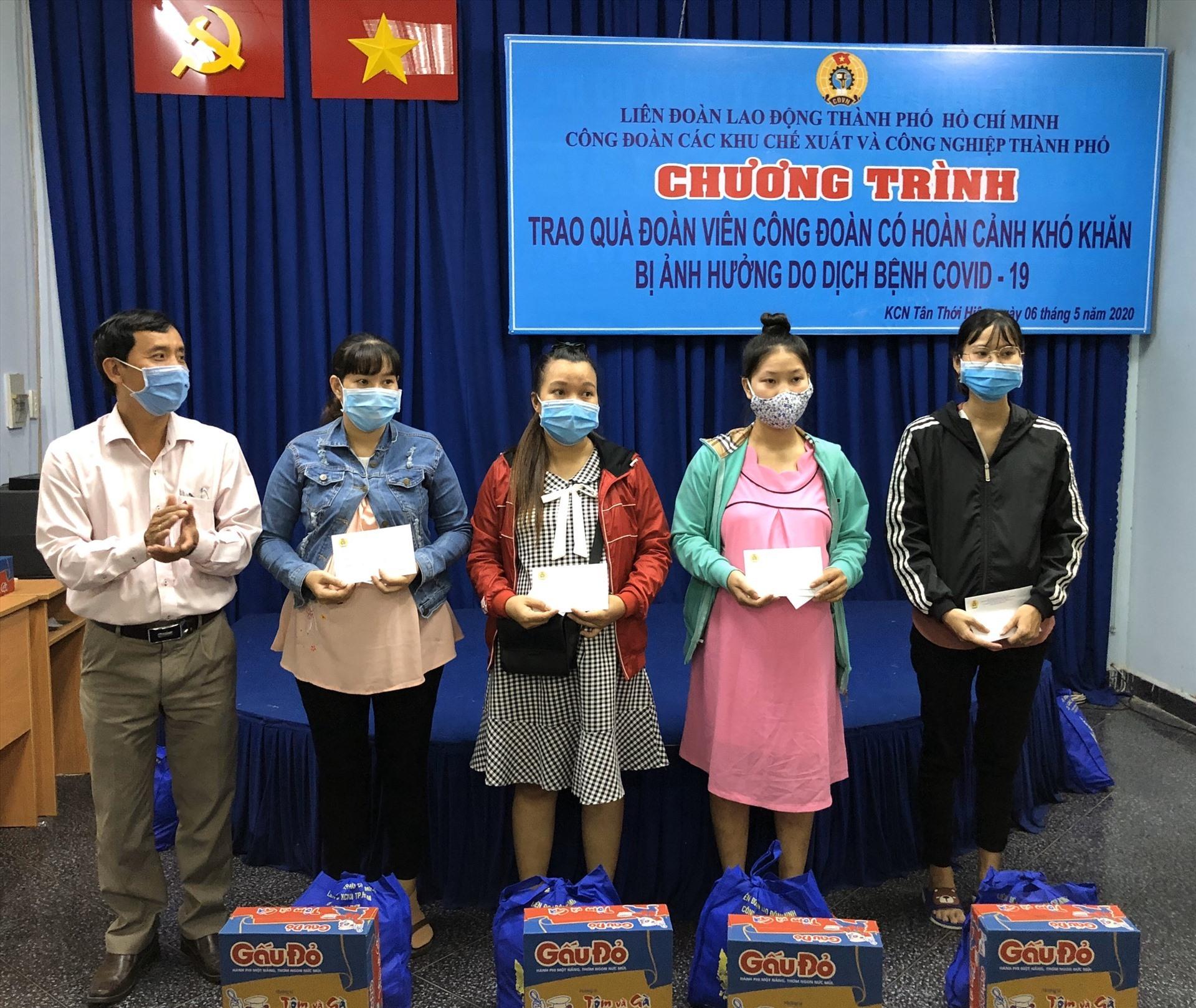 Công đoàn các KCX&CN TPHCM hỗ trợ lao động nữ bị ảnh hưởng việc làm do dịch COVID-19. Ảnh Thu Hà.