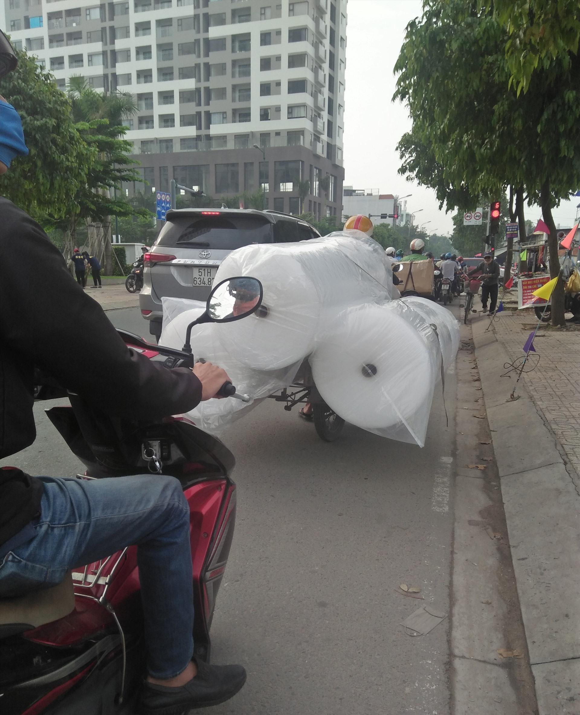 Chiếc xe chở hàng cồng kềnh choán cả lối đi ngay ngã tư đường Đào Trinh Nhất - Phạm Văn Đồng (Thủ Đức, TPHCM). Ảnh MInh Khang