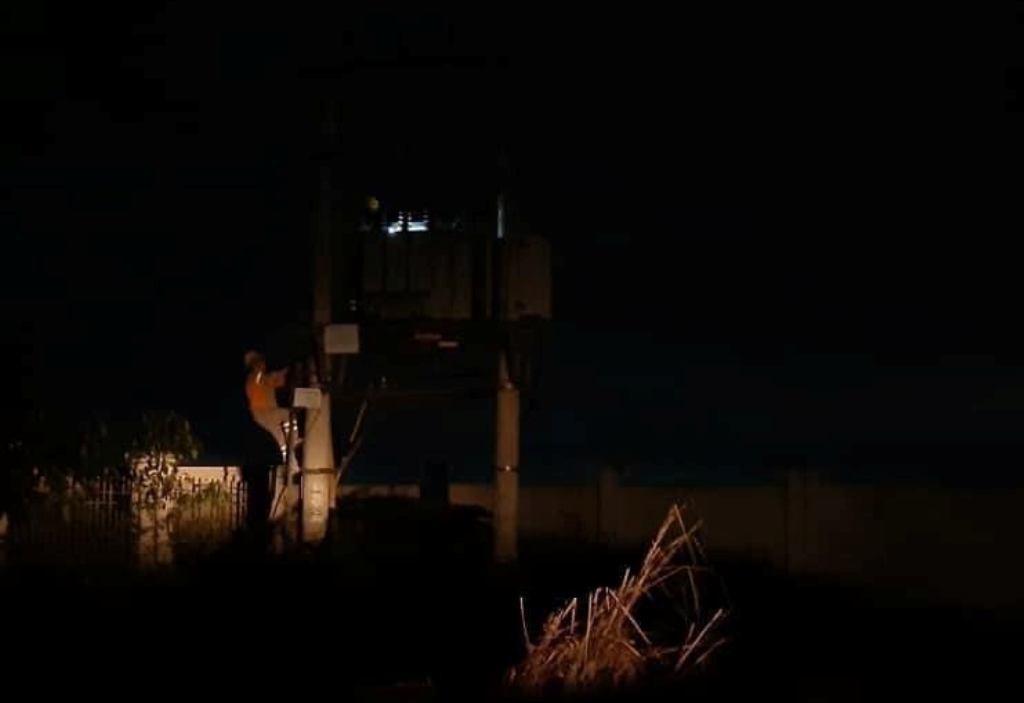 Được biết, trong đợt cao điểm này, hầu hết các công nhân ngành điện Thanh Hóa đều tăng ca, làm việc xuyên đêm, sẵn sàng khắc phục sự cố, đảm bảo cung ứng điện cho người dân. Ảnh: Q.D