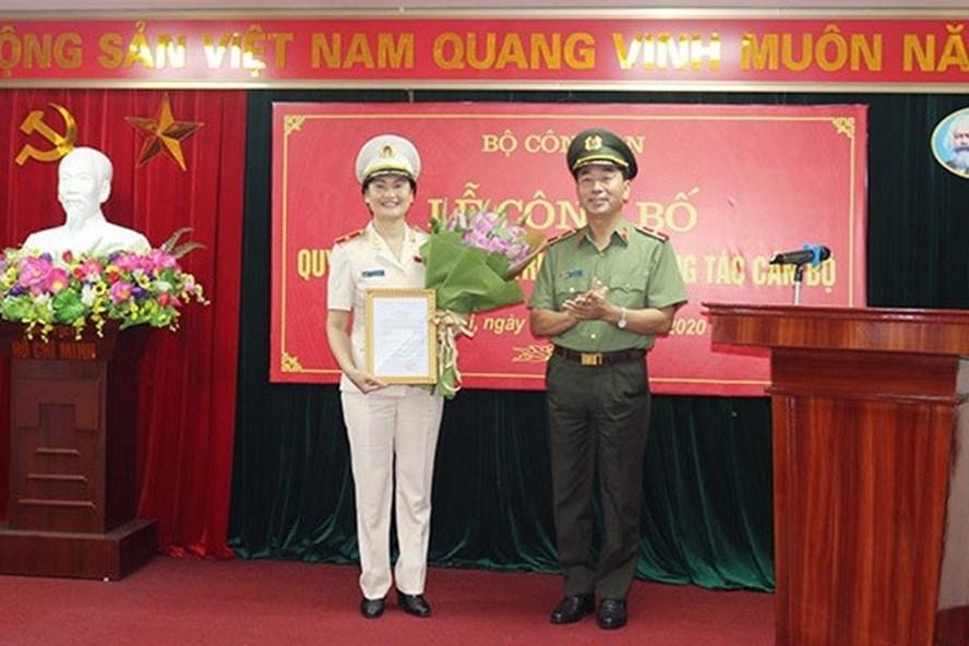 Thứ trưởng Bộ Công an Trần Quốc Tỏ chúc mừng tân nữ cục trưởng. Ảnh: Bộ Công an. Ảnh: Bộ Công an.