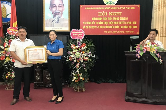 Bà Phạm Thị Như Phong - Phó chủ tịch LĐLĐ tỉnh trao bằng khen của UBND tỉnh cho đồng chí Trần Trọng Kim đã có thành tích suất sắc trong phong trào thi đua yêu nước. Ảnh: Bá Mạnh