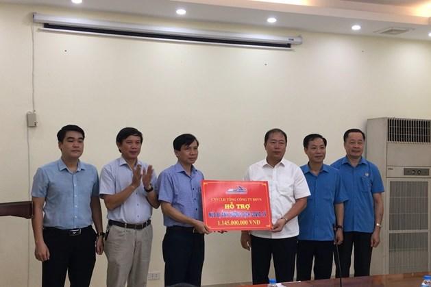 Trao hỗ trợ cho người lao động bị ảnh hưởng của dịch COVID-19 tại Công ty Cổ phần  vận tải Đường sắt Hà Nội. Ảnh: Chu Kiên