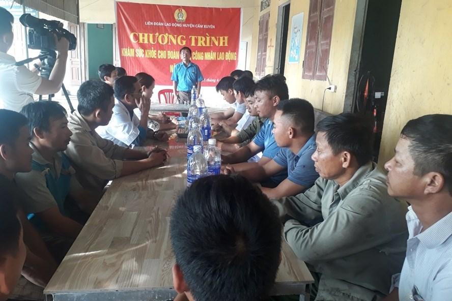 LĐLĐ huyện Cẩm Xuyên phối hợp tổ chức khám sức khỏe cho người lao động. Ảnh: Thanh Hiền