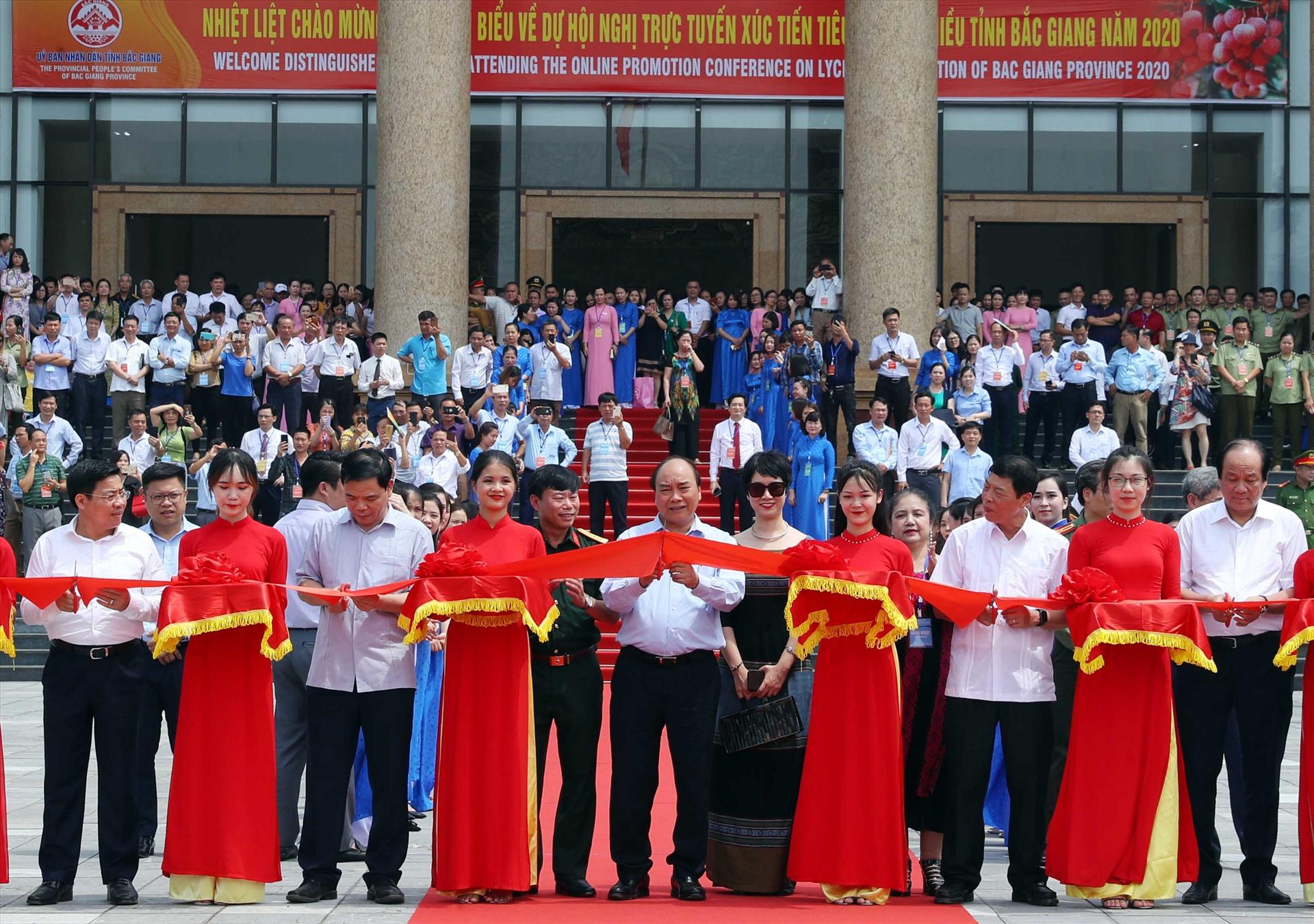Thủ tướng Nguyễn Xuân Phúc cắt băng tại lễ xuất hành đoàn xe vải thiều Bắc Giang tiêu thụ ở thị trường trong và ngoài nước. - Ảnh: VGP