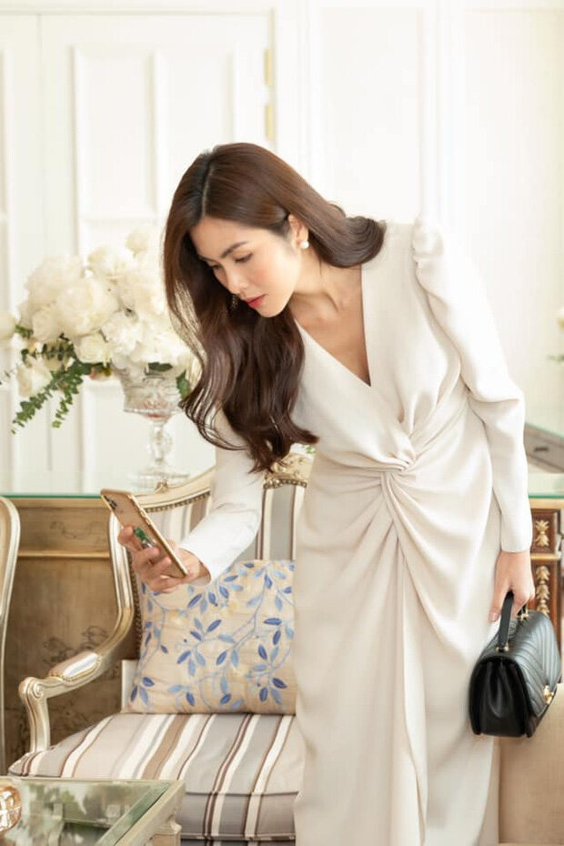 Người đẹp diện thiết kế đơn giản với sắc trắng.  Ảnh:NV