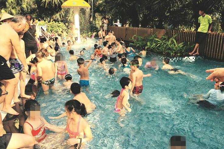 Bể bơi - ổ bệnh của mùa hè