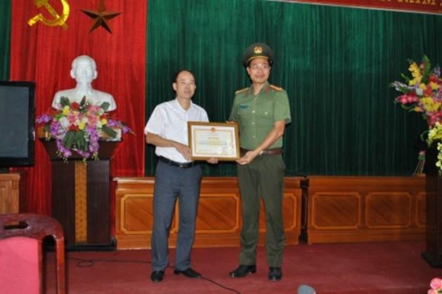 Lãnh đạo Công an tỉnh trao Bằng khen của Bộ trưởng Bộ Công an cho cơ quan Liên đoàn Lao động tỉnh. Ảnh: Đỗ Văn Toàn.