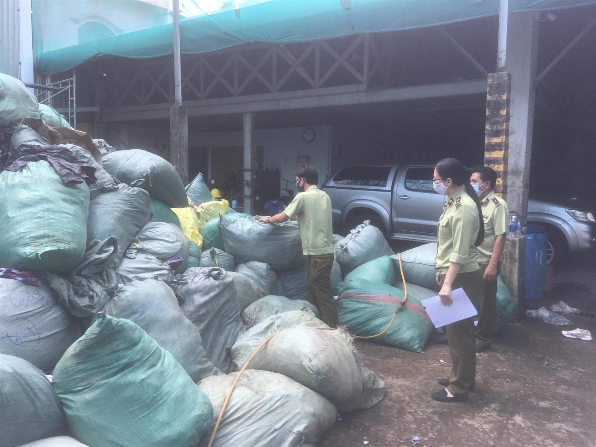 Cục Quản lý thị trường TP Hồ Chí Minh đã tiến hành tiêu hủy khoảng 40 ngàn sản phẩm là các lô hàng gian, hàng giả được bắt giữ trong thời gian qua. Ảnh QLTT