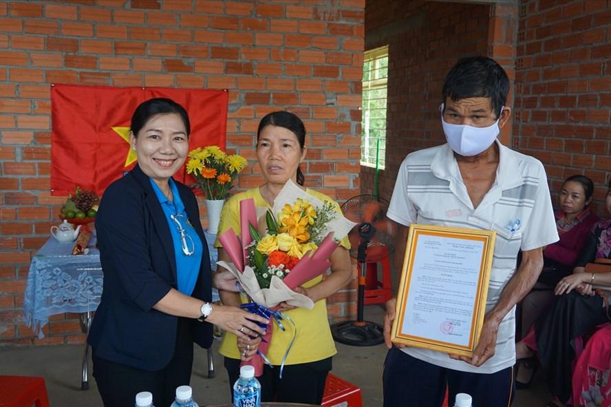 Bà Đinh Thị Dương Thúy - Chủ tịch LĐLĐ thành phố Tây Ninh trao Quyết định tặng nhà cho vợ chồng anh Phê.