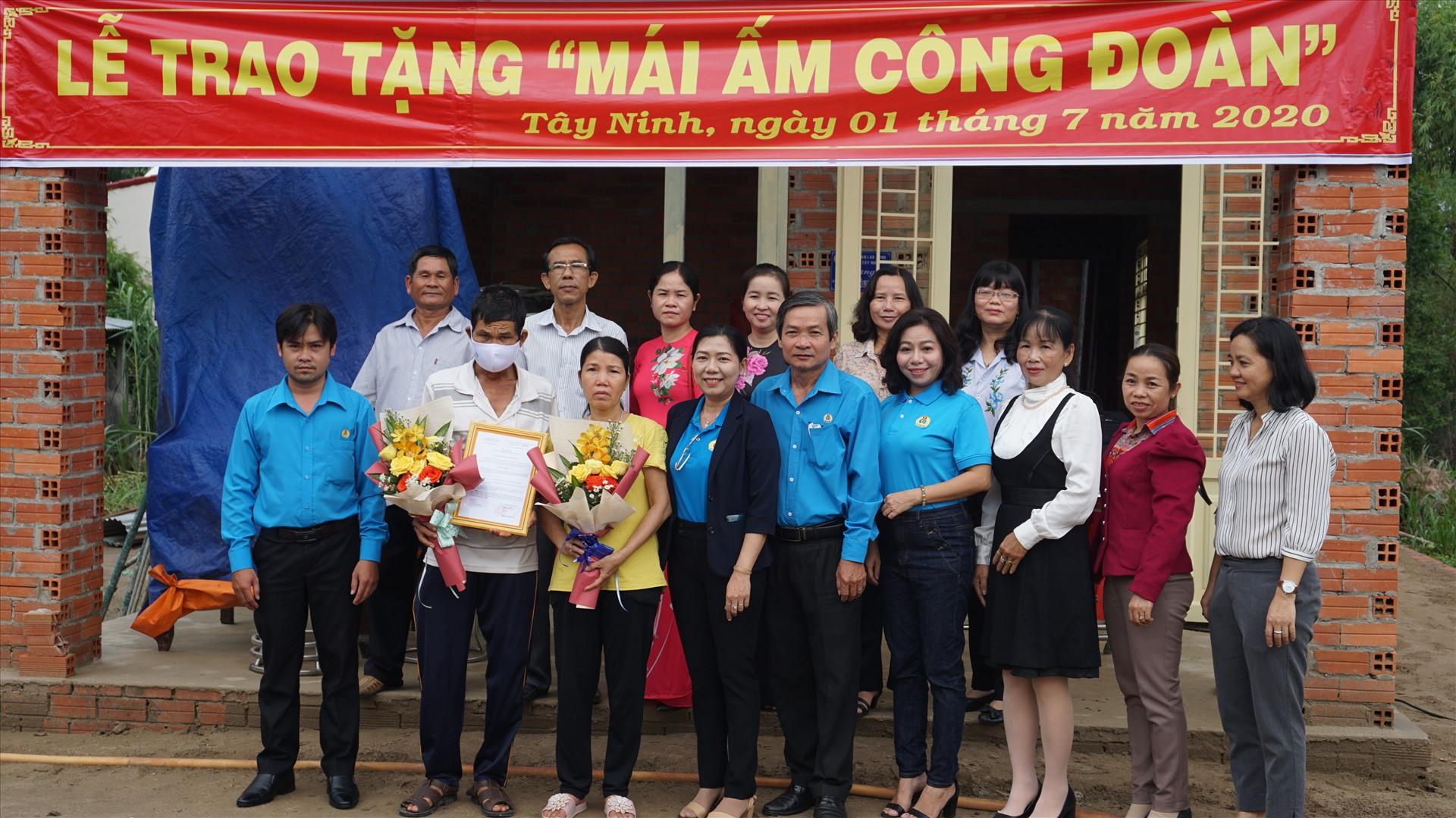 Các đại biểu chụp ảnh lưu niệm cùng gia đình anh Phê.