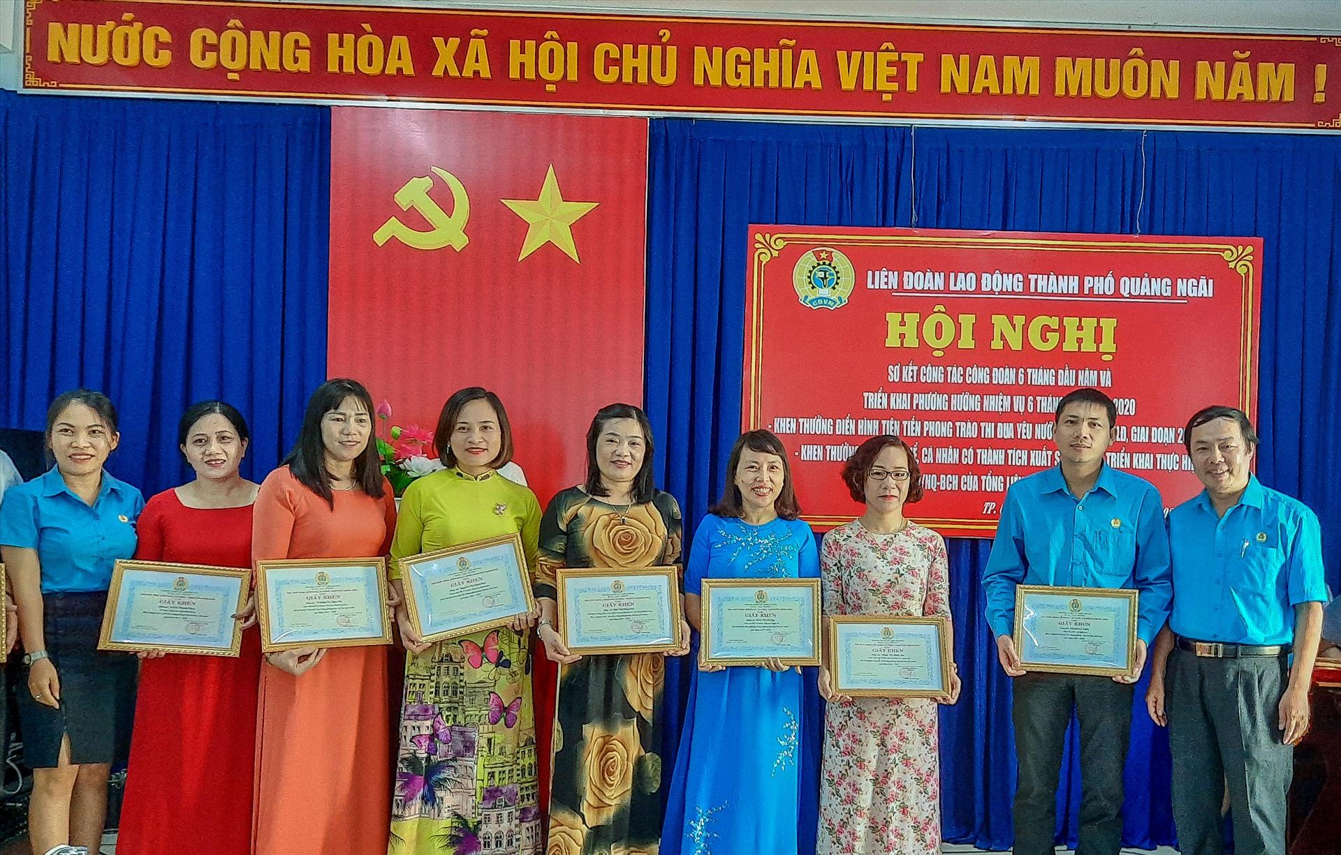 LĐLĐ TP Quảng Ngãi khen thưởng các cá nhân và tập thể có thành tích xuất sắc trong phong trào thi đua yêu nước.