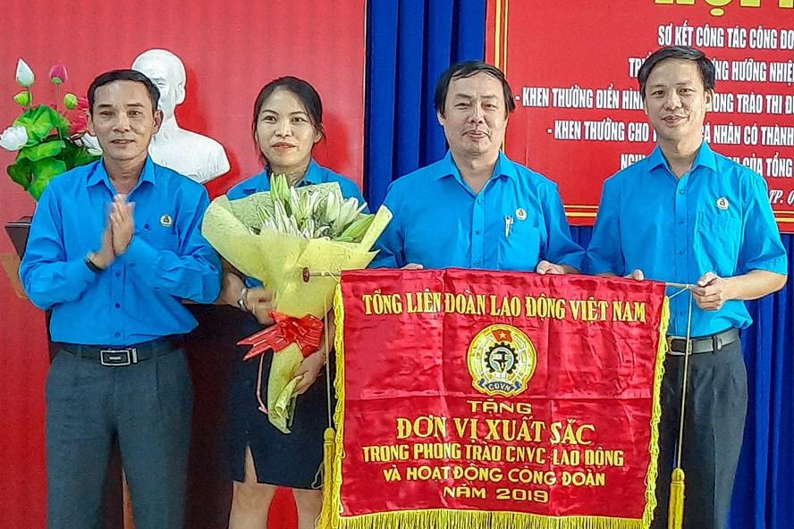Tổng LĐLĐ Việt Nam tặng cờ thi đua cho LĐLĐ TP vì đã có thành tích xuất sắc trong phong trào CNVCLĐ và hoạt động CĐ năm 2019. Ảnh: Hoài Thưởng