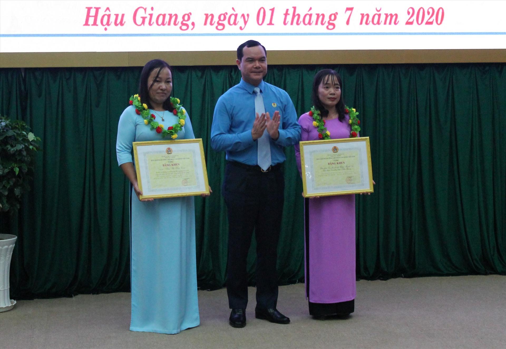 Chủ tịch Tổng LĐLĐ Việt Nam Nguyễn Đình Khang chúc mừng và trao bằng khen cho cá nhân và tập thể có thành tích xuất sắc. Ảnh: Thành Nhân