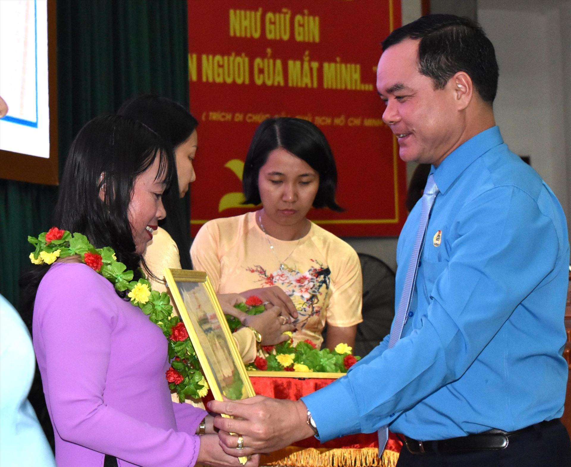 Chủ tịch Tổng LĐLĐ Việt Nam Nguyễn Đình Khang trao bằng cho cá nhân và tập thể có thành tích xuất sắc. Ảnh: Thành Nhân