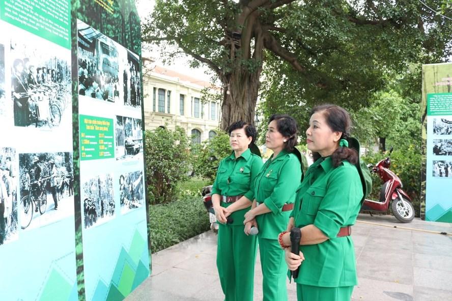 """Triển lãm """"70 năm - Sáng mãi tinh thần Thanh niên xung phong Việt Nam. Ảnh: Lan Nhi"""