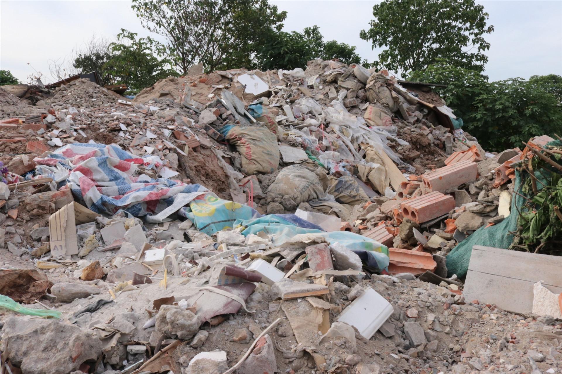 Bãi rác chất cao ngồn ngộn, ảnh hưởng đến đời sống sinh hoạt của người dân.