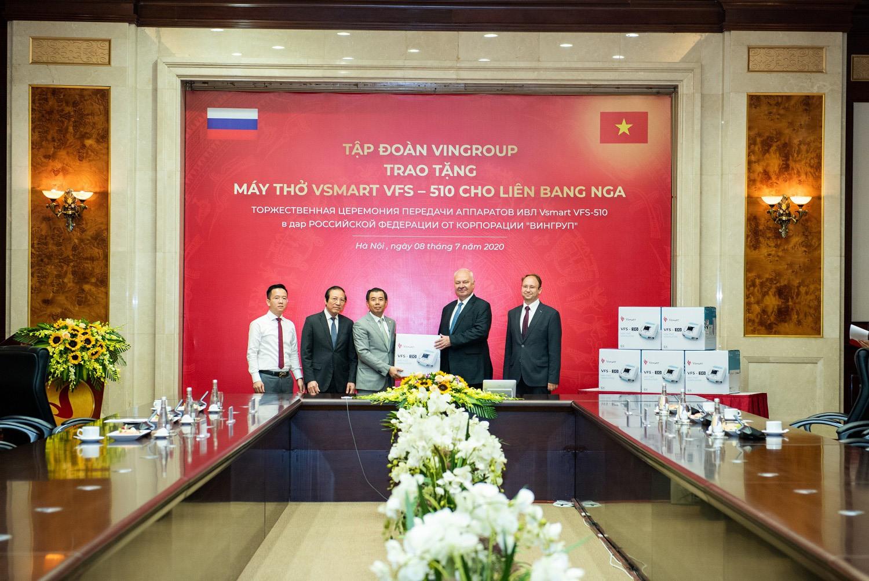 Phó Chủ tịch kiêm Tổng giám đốc Tập đoàn Vingroup Nguyễn Việt Quang trao tặng lô máy thở đầu tiên cho ngài К.V.Vnukov, Đại sứ đặc mệnh toàn quyền Nga tại Việt Nam.