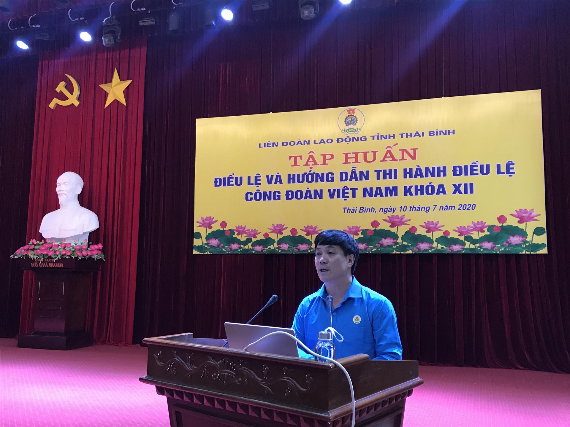 Đồng chí Nguyễn Duy Vũ – Phó Ban tổ chức Tổng liên đoàn Lao động Việt Nam hướng dẫn thi hành Điều lệ Công đoàn Việt Nam khóa XII. Ảnh: Bá Mạnh