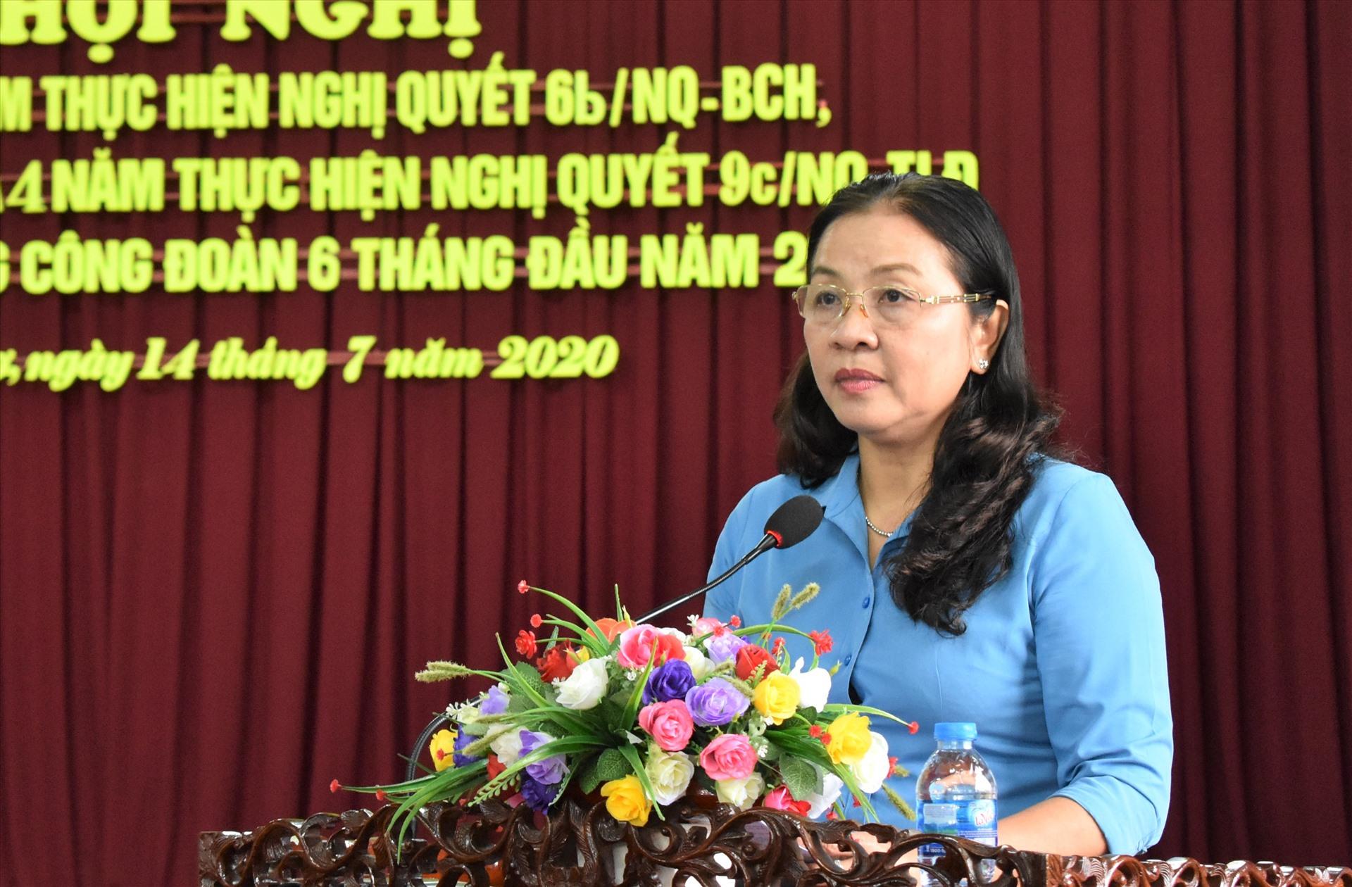 Phó Chủ tịch LĐLĐ TP.Cần Thơ Huỳnh Thị Hiền báo cáo hoạt động Công đoàn Cần Thơ tại hội nghị. Ảnh: Thành Nhân