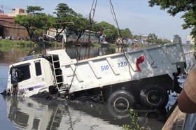 TPHCM: Xe ben lao xuống kênh Tàu Hủ, tài xế may mắn thoát nạn