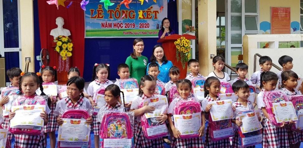 LĐLĐ TP.Cần Thơ tổ chức 10 đoàn công tác về các trường tiểu học trên địa bàn thành phố cần Thơ để trao 500 phần quà cho các em học sinh vượt khó học giỏi. Ảnh: Thành Nhân