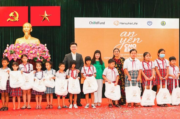 Hanwha Life trao tặng 1.000 phần quà cho trẻ em bị ảnh hưởng bởi COVID-19