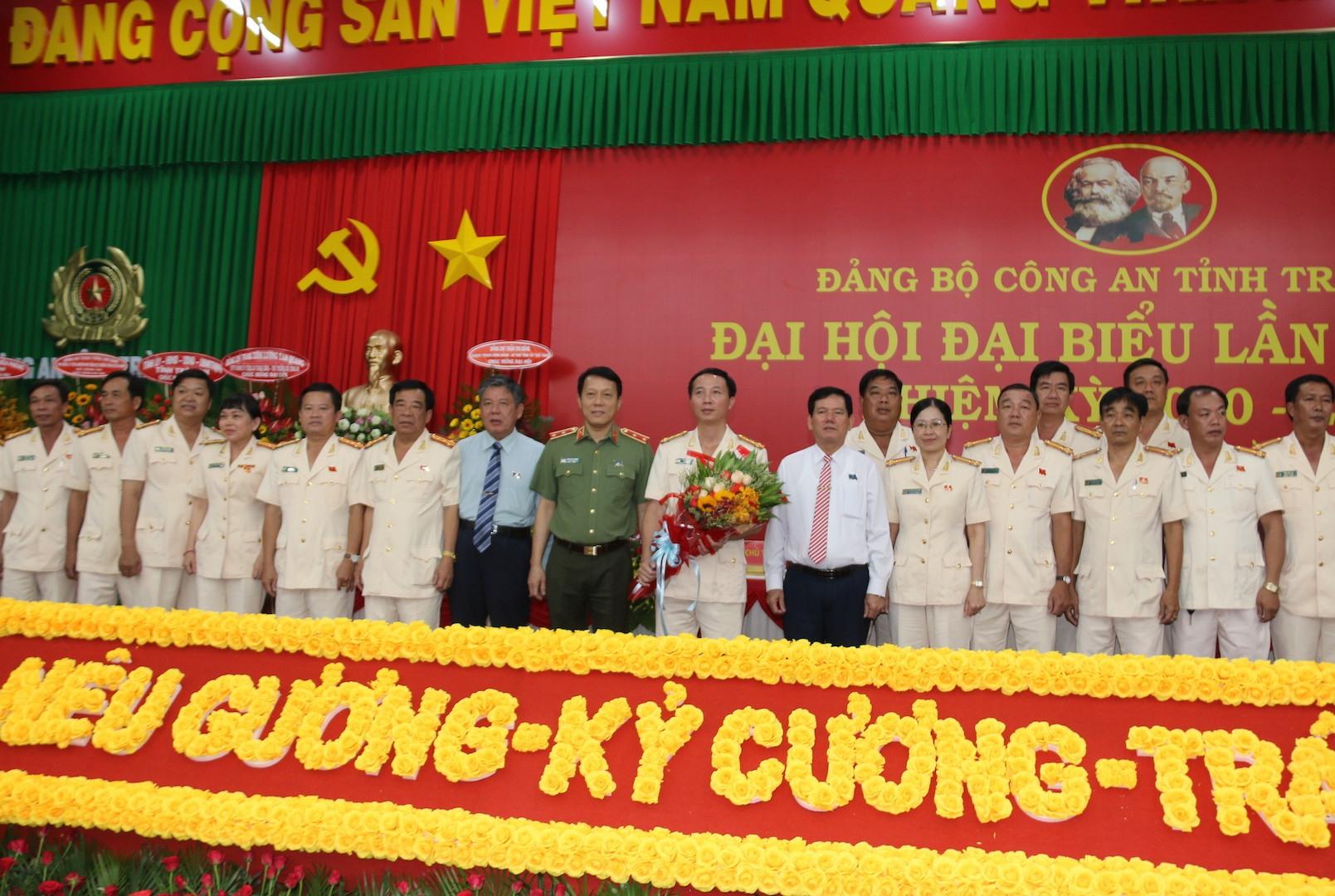 Ban Chấp hành Đảng bộ Công an tỉnh Trà Vinh ra mắt đại hội và chụp ảnh lưu niệm cùng đại biểu. Ảnh: P.V.