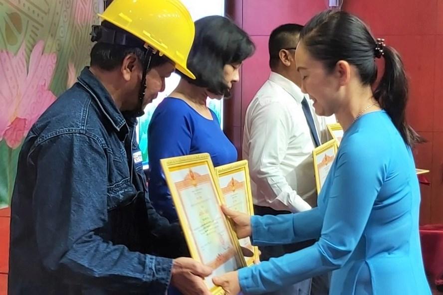 Bà Ngô Thị Hoàng Cát,  Trưởng Ban Thi đua - Khen thưởng TPHCM trao Bằng khen của Thủ tướng Chính phủ cho các cá nhân của EVNHCMC. Ảnh Nam Dương