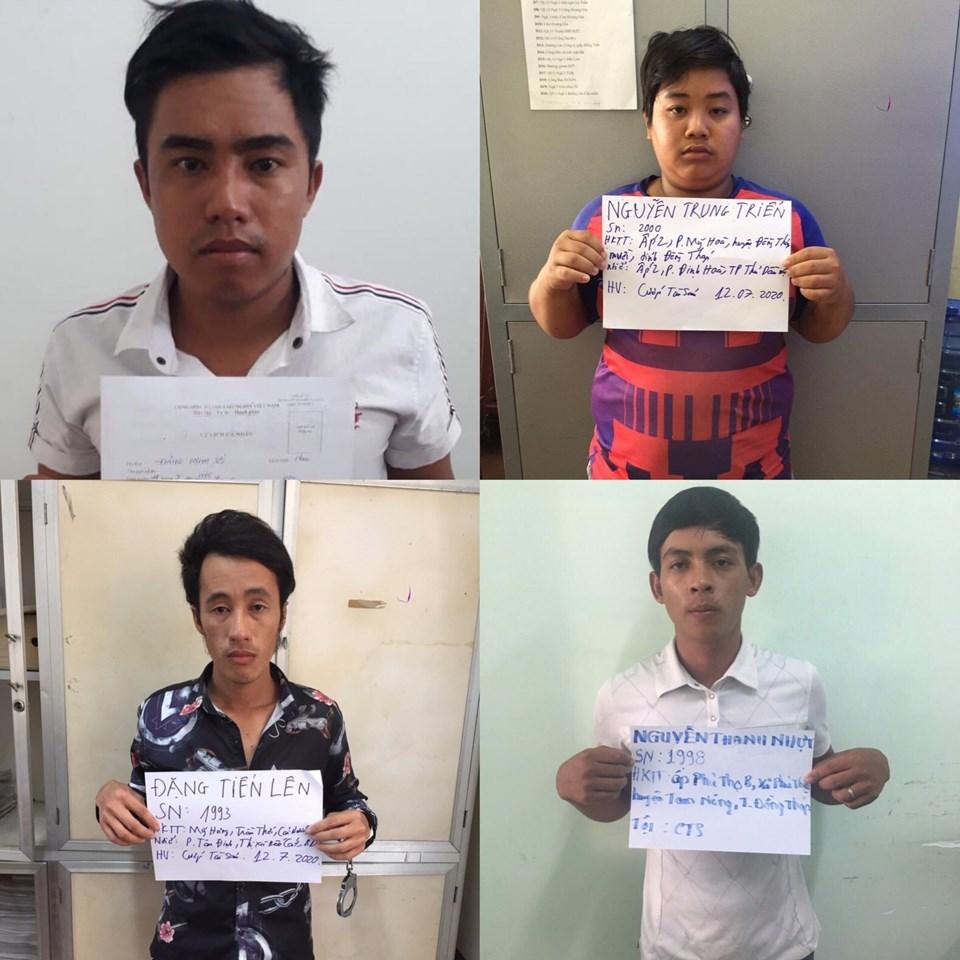 Bốn đối tượng đã đánh đôi nam nữ và cướp xe máy bị công an bắt giữ. Ảnh: Đình Trọng