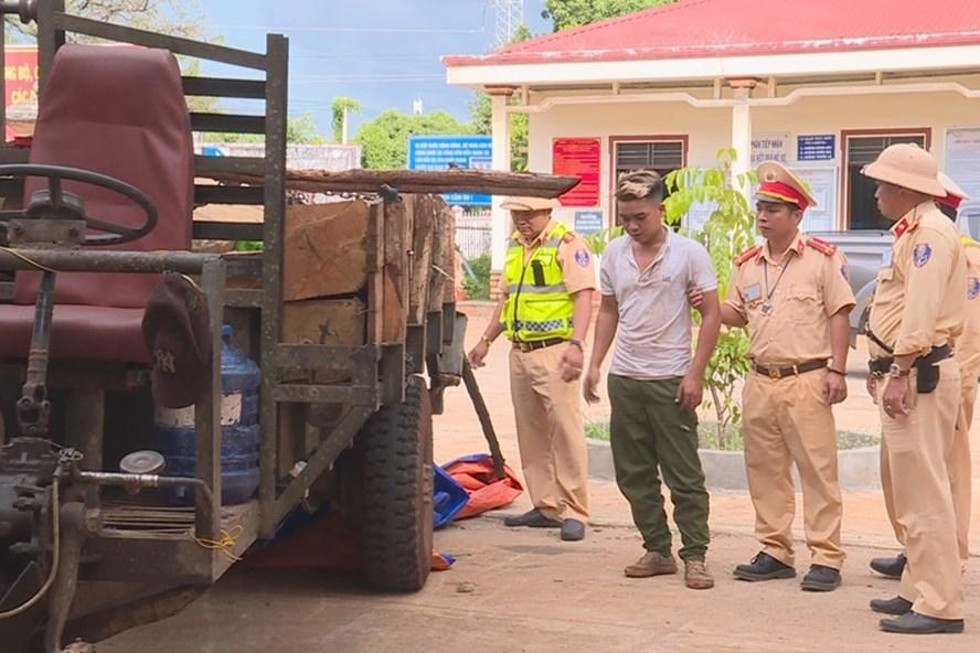 Lực lượng chức năng đã tạm thu giữ xe máy cày cùng số gỗ quý và mời Y Phiên về trụ sở làm việc. Ảnh Công an cung cấp