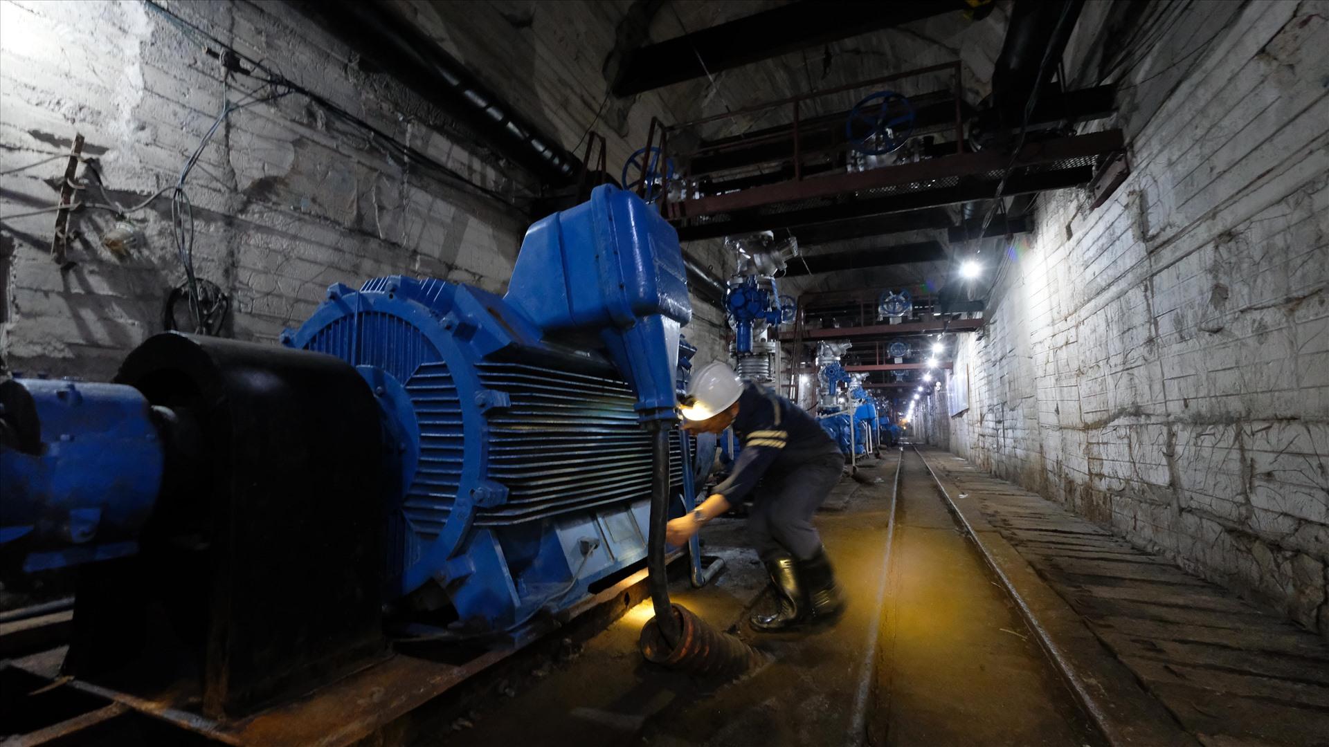 Hệ thống khu hầm chứa, trạm bơm nước công suất lớn luôn trong trạng thái vận hành tức thì, bảo đảm an toàn cho việc khai thác hàng nghìn tấn than mỗi ngày.