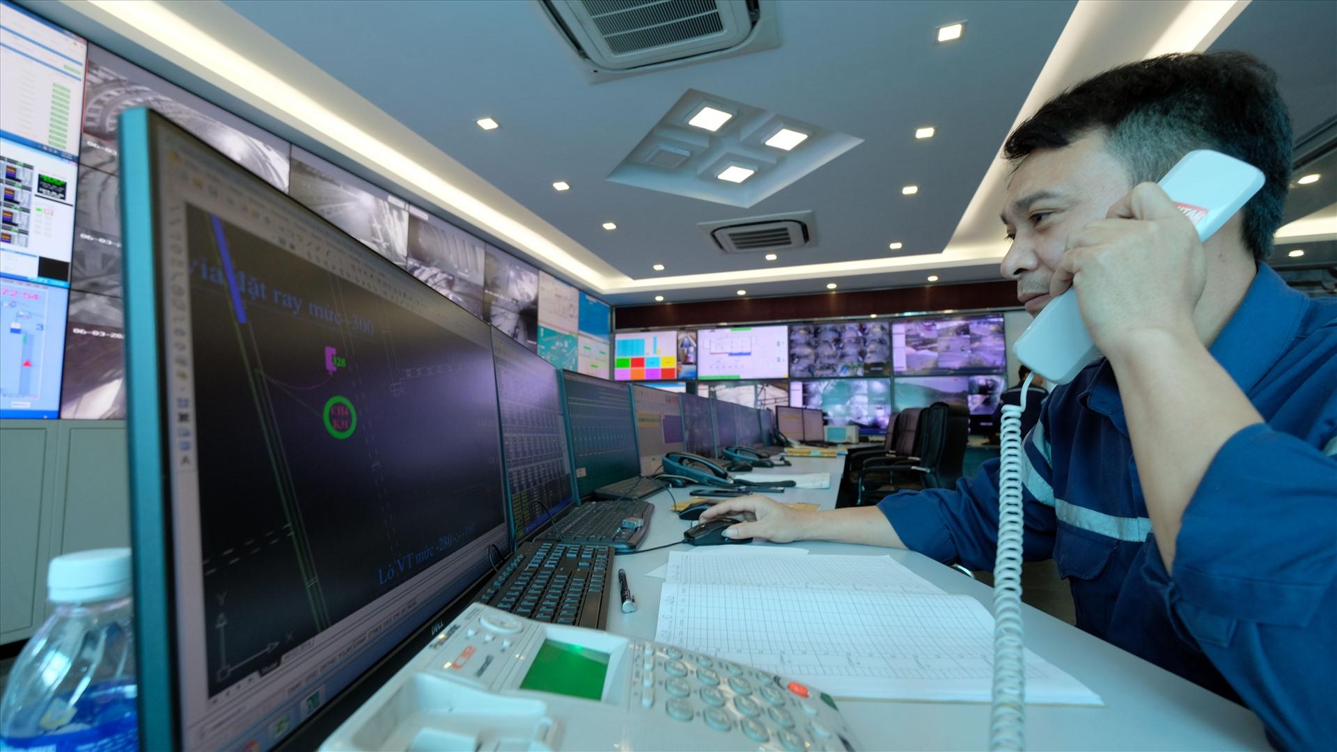Trung tâm giám sát, điều hành hành toàn bộ hoạt động sản xuất, kiểm soát an toàn khí mỏ kết nối liên thông hiện đại bậc nhất ngành Than của Hà Lầm.