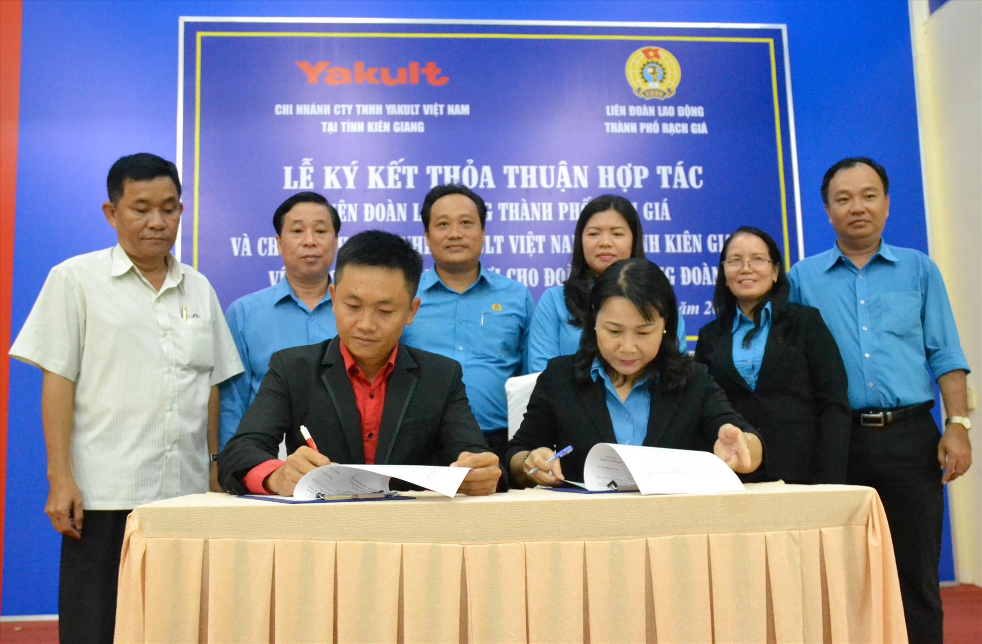 Đại diện LĐLĐ Kiên Giang, Thành ủy Rạch Giá chứng kiến nghi thức ký thỏa thuận. Ảnh: LT
