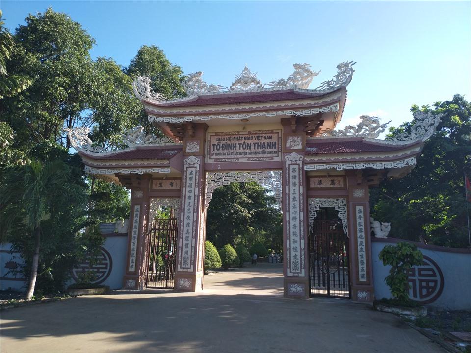 Chùa Tôn Thạnh tọa lạc tại ấp Thanh Ba, xã Mỹ Lộc, huyện Cần Giuộc, tỉnh Long An, cách trung tâm huyện Cần Giuộc khoảng 3km. Ngôi chùa đã được xếp hạng Di tích lịch sử cấp quốc gia.