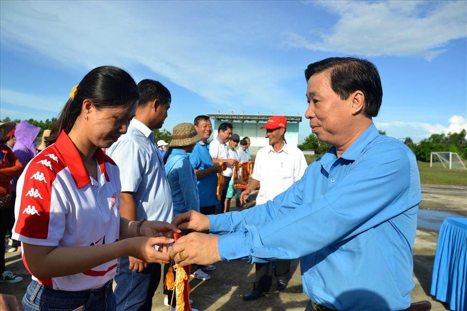 Ông Trần Thanh Việt trao thưởng cho đại diện các đơn vị đạt giải cao. Ảnh:  LT
