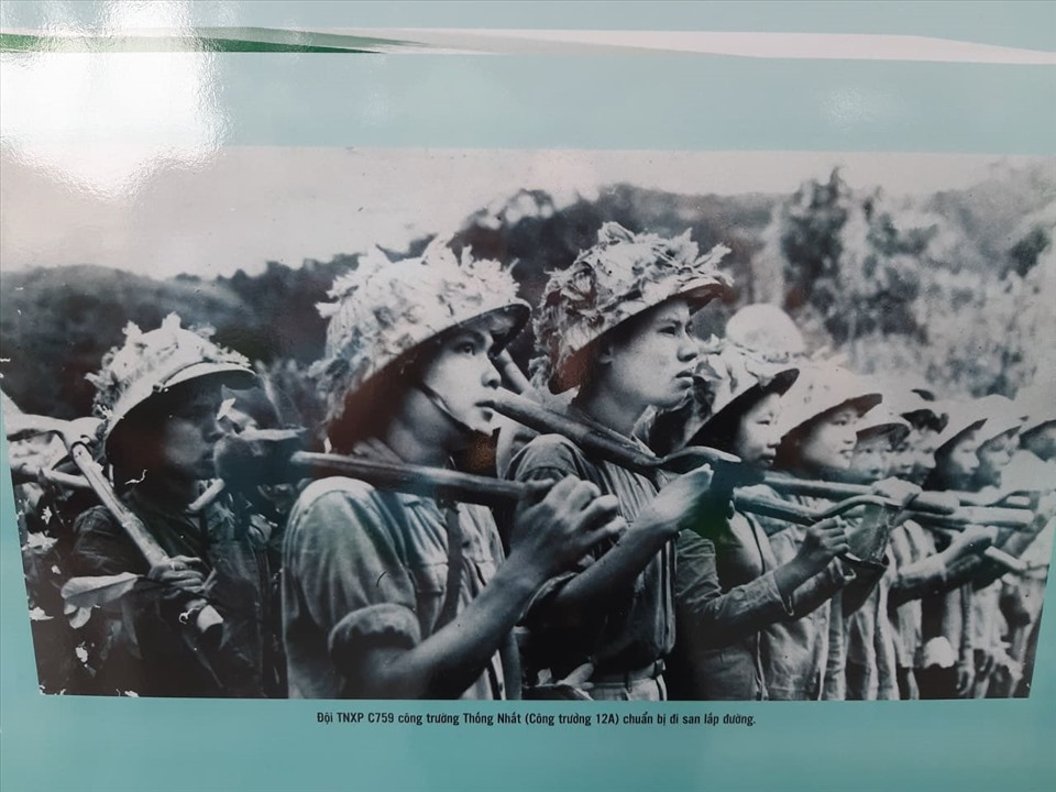 Đội Thanh niên xung phong C759 trên công trường Thống Nhất (công trường 12A) chuẩn bị đi san lấp đường. Ảnh: Lan Nhi.