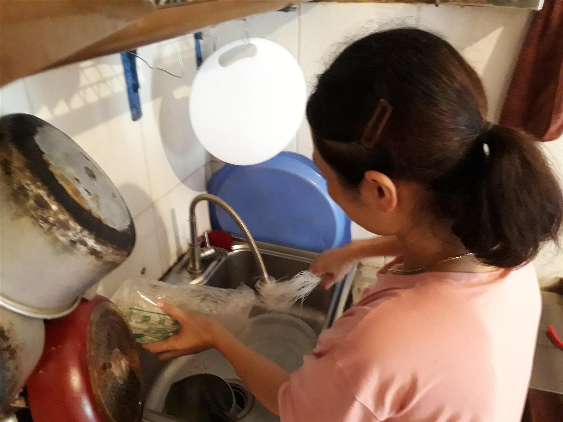 Chị Dương Thị Mai tách sợi mỳ để nấu bữa ăn trưa đạm bạc của mình. Ảnh: Bảo Hân.